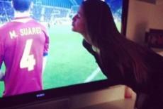 Bạn gái siêu mẫu hôn Suarez qua tivi