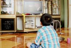 Phải làm gì khi trẻ nghiện xem tivi