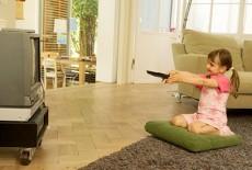 Không nên để trẻ dưới 3 tuổi xem tivi thường xuyên