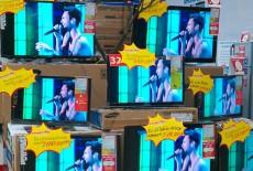 Sắp Tết các hãng đồng loạt giảm giá bán tivi