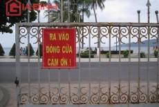 """Những """"tiên ông"""" ăn tối, xem tivi, đọc báo bên bờ biển Nha Trang"""