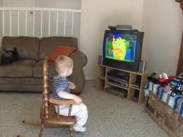 Đừng chiều hư con khi trẻ thích xem tivi